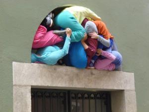 """Drück nicht so...Die Bildserie entstand bei einem Rundgang durch die Altstadt von Regensburg mit """"Bodies in urban Spaces"""""""