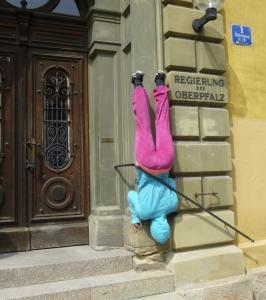 """Regierung steht KopfDie Bildserie entstand bei einem Rundgang durch die Altstadt von Regensburg mit """"Bodies in urban Spaces"""""""
