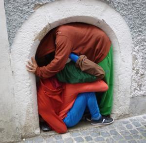 """geh mal wegDie Bildserie entstand bei einem Rundgang durch die Altstadt von Regensburg mit """"Bodies in urban Spaces"""""""